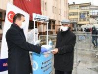 Vali Akbıyık, vatandaşlara maske dağıttı