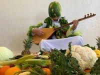 Türkücü Aydın Karpuz kabuğunda maske yaptı