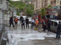 Cadde ve sokakları köpüklü suyla yıkandı