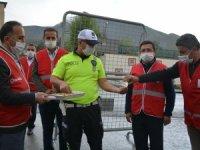 Kızılay ekibi, güvenlik güçlerinin bayramını kutladı