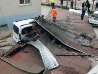 Hakkari'de şiddetli fırtına yıktı geçti