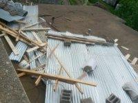 Fırtınanın uçurduğu çatı 2 evde hasara yol açtı