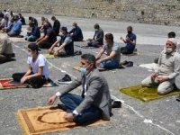 Karlı Sümbül dağı manzaralı Cuma namazı