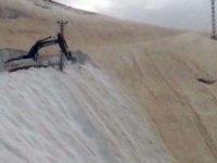 Haziran ayında kar dağlarıyla mücadele