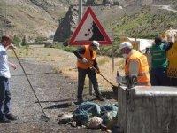 Hakkari-Van karayolu çöplerden arındırıldı