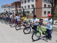 Babasız çocukların bisiklet sevinci