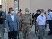 Vali Akbıyık, acılı aileleri hastanede ziyaret etti