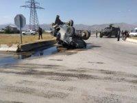 Kaza yapan zırhlı polis aracı yan yattı