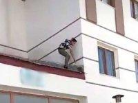 Çatıda mahsur kalan kediyi böyle kurtardı