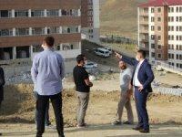 Canlı yapımı devam eden okul inşaatlarını inceledi