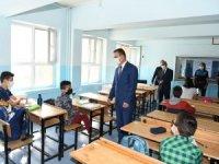 Vali  Akbıyık' okulları ziyaret etti