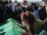 İzmir depremi: Aynı aileden 3 kişi toprağa verildi