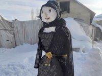 Yüksekova'da fistanlı kardan adam