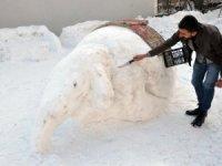 Hakkarili gençler kardan fil yaptı