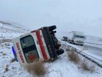 Kontrolden çıkan ambulans yan yattı