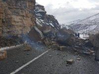Çukurca karayoluna dev kayalar düştü