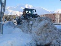 Hakkari çarşısı kar dağlarından temizleniyor