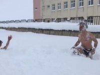 Karda yüzerek eğlendiler! *