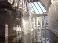 Çatılarda dev buz sarkıtları oluştu