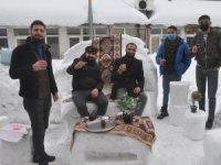Kardan masa koltuk yapıp müşteri beklediler