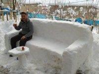 Kardan yapılan koltukta çay keyfi