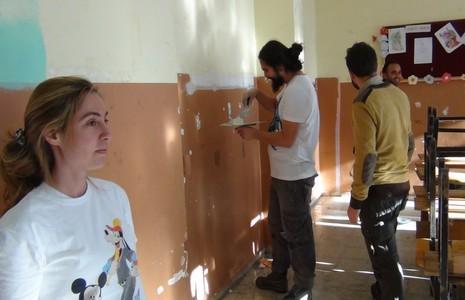 istanbul-dan-gelip-sinirda-okul-onariyorlar-1.jpg