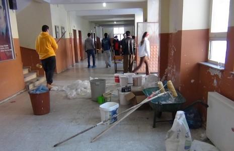 istanbul-dan-gelip-sinirda-okul-onariyorlar-2.jpg