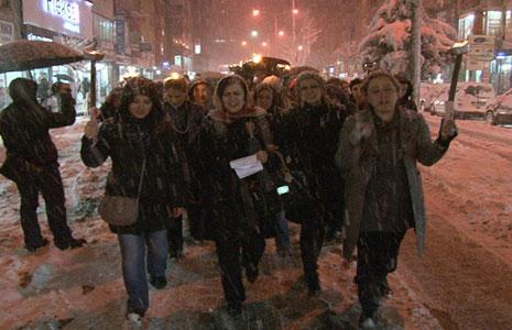 kar-yagsi-altinda-mesaleli-yuruyus-2.20110307193658.jpg