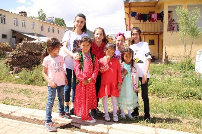 mavi-fularlilar-kirgiz-mahallesinde-2.jpg