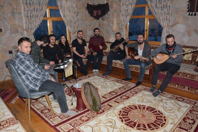 reng-i-hakkari-bu-aksam-trt-kurdi-ekranlarinda-3.jpg